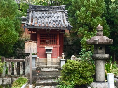 Small temple at Kennin-ji